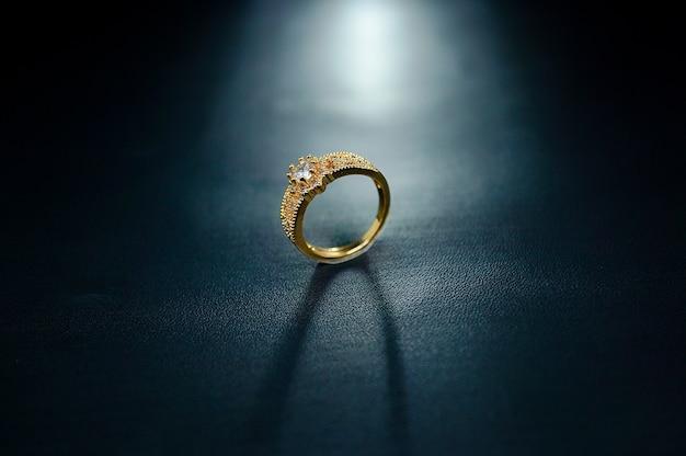 Verlovingsring met een kleine parel in het midden