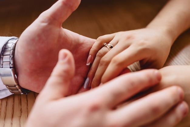 Verlovingsring met een steen op de hand van de zachte bruid
