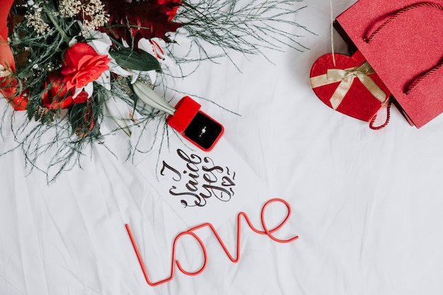 Verlovingsring onder cadeaus en liefdesgeschrijf