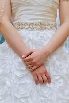 Verlovingsring op de vinger van de bruid de handen van de bruid en verlovingsring