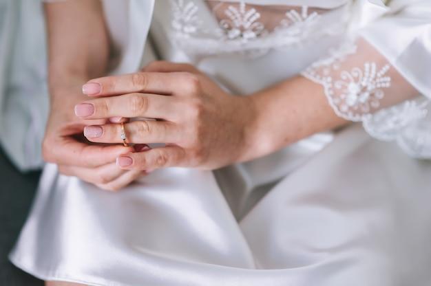 Verlovingsring op de vinger van de bruid. trouwdag. Premium Foto