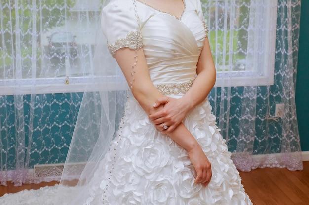 Verlovingsring op de vinger van de bruid