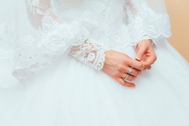 Verlovingsring op de vinger van de bruid Premium Foto