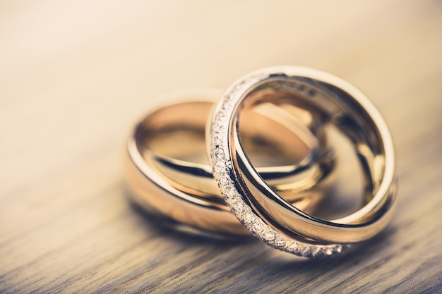 Verlovingsringen op achtergrond close-up