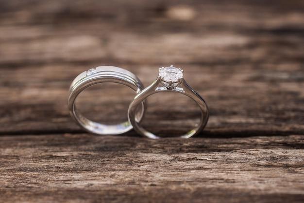 Verlovingsringen, trouwringen voor paren op een houten achtergrond. voor bruiloft, luxe verloving diamanten ring sieraden