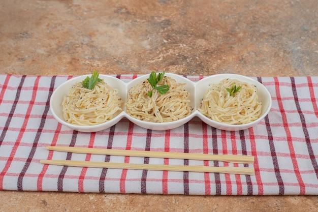 Vermicelli met kruiden en peterselie op tafellaken. hoge kwaliteit foto