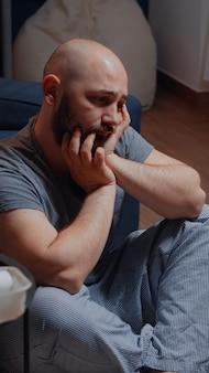 Vermoeid slachtoffer van stress die aan zelfmoord denkt en overweegt om problemen het beste op te lossen