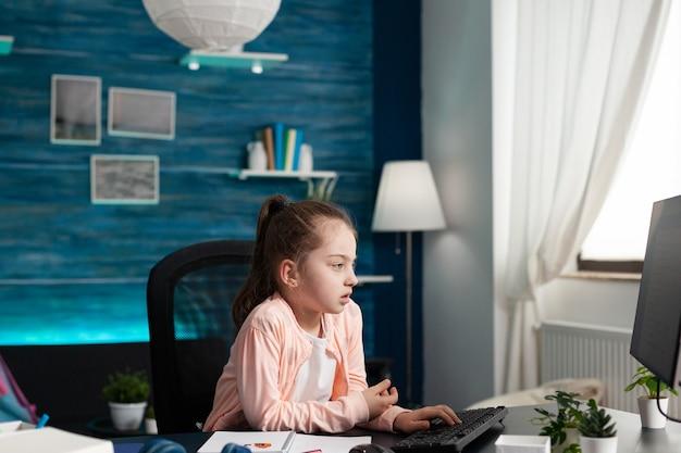 Vermoeid verveeld schoolkind met wiskunde op de computer