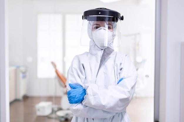 Vermoeide arts tijdens wereldwijde uitbraak vanwege bevolkingsinfectie met coronavirus. medisch personeel gekleed in beschermingsuitrusting tegen infectie met covid-19 tijdens wereldwijde pandemie.