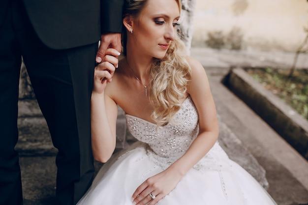 Vermoeide bruid die haar man de hand