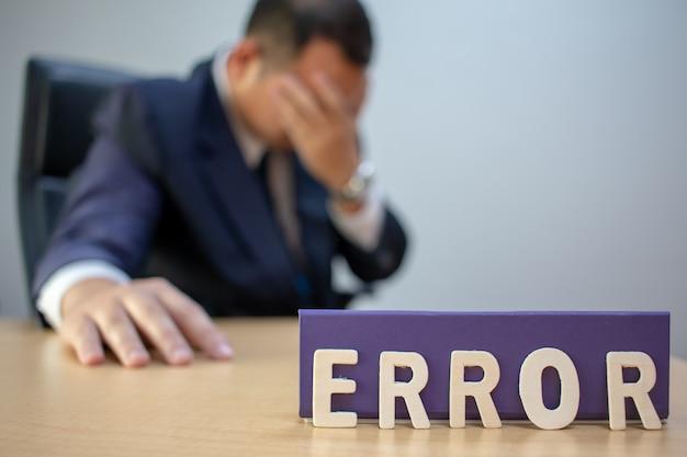Vermoeide depressieve zakenman op het werk gefrustreerd door zakelijk falen.