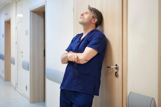 Vermoeide dokter na een lange dag op het werk