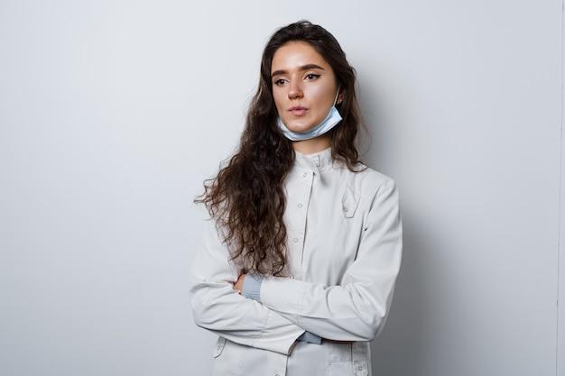 Vermoeide dokter na vaccinatie tegen het coronavirus. covid19-vaccin. stop quarantaine. aantrekkelijk meisje in medische handschoenen met spuit en medicatie