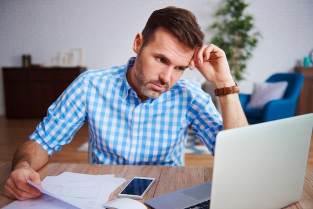 Vermoeide en verveelde man aan het werk in zijn kantoor