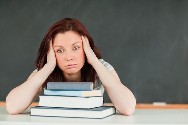 Vermoeide jonge student in een klaslokaal