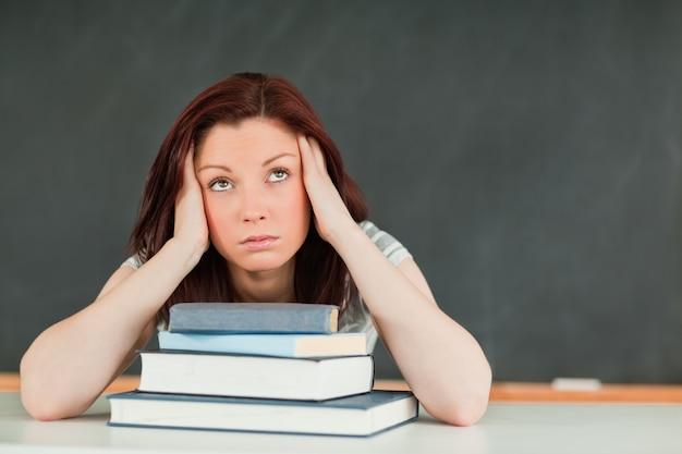 Vermoeide jonge vrouwelijke student