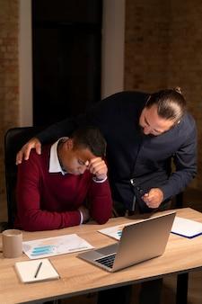 Vermoeide mensen die tot laat op kantoor werken