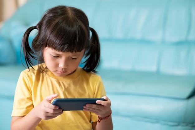 Vermoeide ogen en vermoeidheid door langdurig gebruik van de telefoon, kind dat online games speelt. internet- of online gameverslaafde