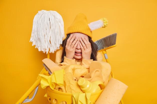 Vermoeide overstuur verontruste jonge vrouw wil het huis niet schoonmaken