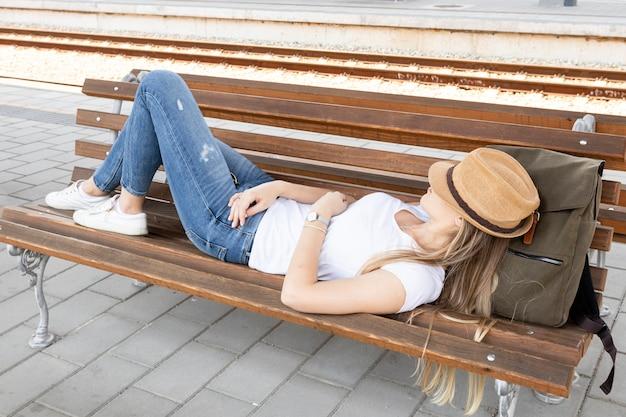 Vermoeide reiziger die op een bank rust
