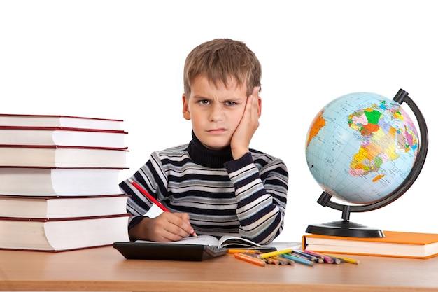 Vermoeide schooljongen met boeken