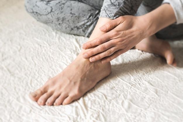 Vermoeide voeten. pijn in de enkel. letsel.