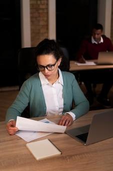 Vermoeide vrouw die laat werkt voor een deadline