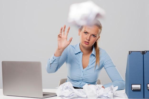 Vermoeide vrouw kantoordocumenten weggooien