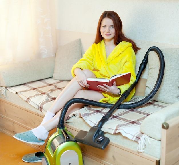 Vermoeide vrouw rust op huishoudelijke taken