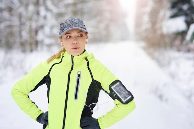 Vermoeide vrouwelijke atleet die een korte pauze neemt