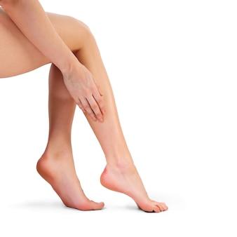 Vermoeide vrouwelijke benen. lijdend aan pijn in de benen.