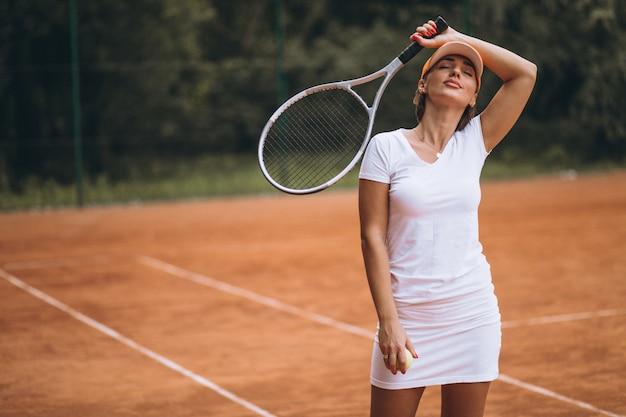 Vermoeide vrouwelijke tennisspeler bij het hof