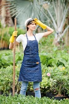 Vermoeide vrouwelijke tuinman