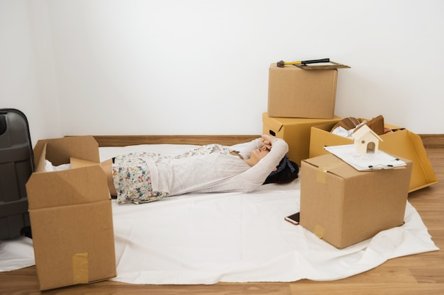 Vermoeide vrouwenslaap bij nieuw bewegend huis