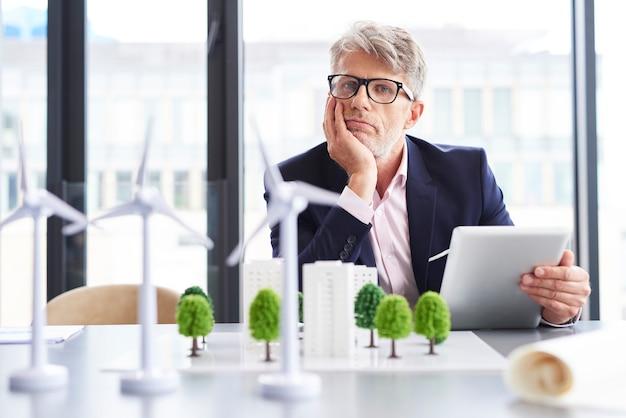 Vermoeide zakenman die over nieuwe oplossingen denkt