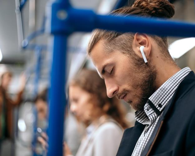 Vermoeide zakenman slaapt in een metro trein auto