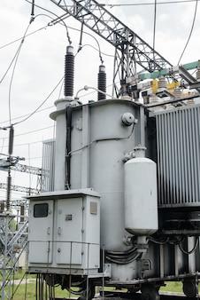 Vermogenstransformator bij het elektrische onderstation. energietechniek. industrie.
