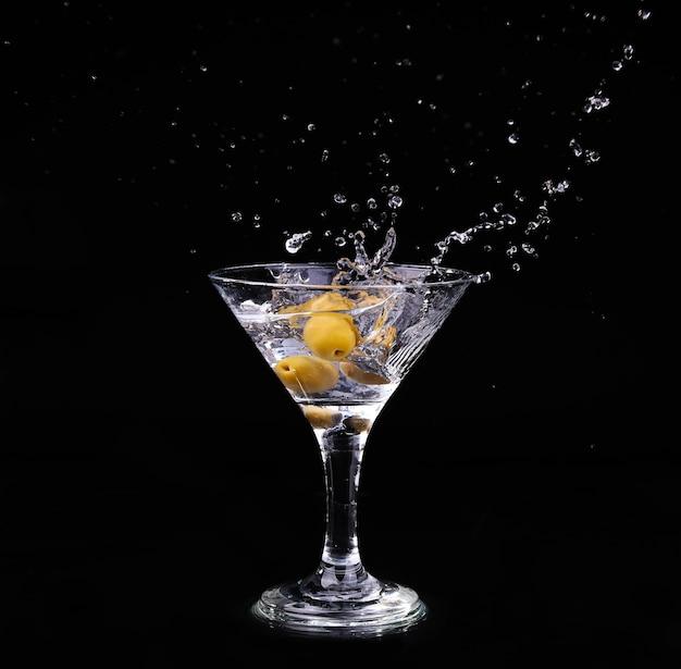 Vermoutcocktail binnen martiniglas over donkere achtergrond