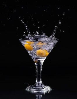Vermouthcocktail binnen martini-glas over donkere achtergrond