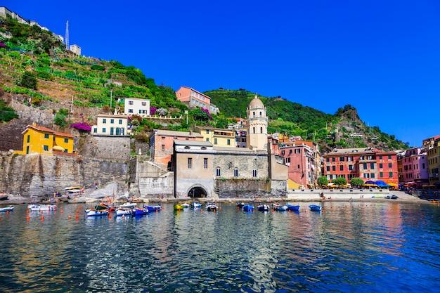Vernazza - mooi dorp aan de ligurische kust van italië, de beroemde