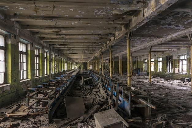 Vernietigde productiewinkel in de oude fabriek.