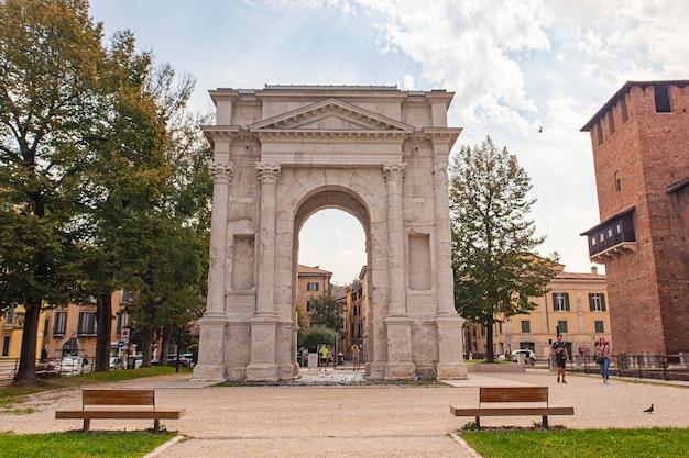 Verona, itali 10 september 2020: arco dei gavi, een oude deur in verona in italië