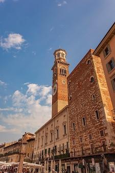 Verona, itali 10 september 2020: piazza delle erbe en lamberti-toren in verona in italië