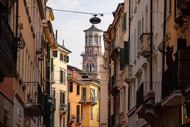 Verona, itali 10 september 2020: veronalamberti-toren gezien te midden van historische huizen en gebouwen