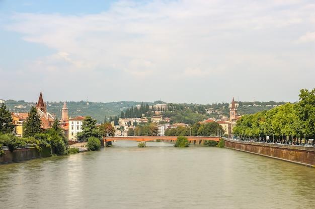 Verona, italië. uitzicht op de dijk van de adige-rivier in zonnige dag.