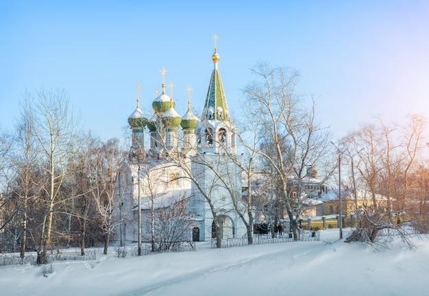 Veronderstelling kerk in nizhny novgorod op een heuvel