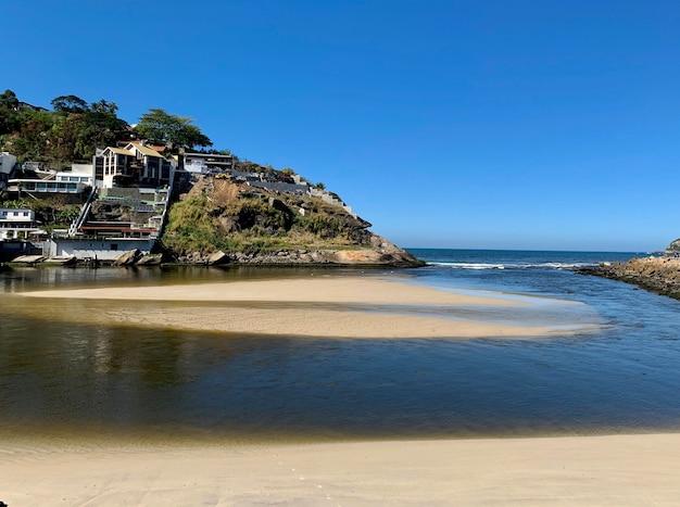 Verontreiniging rio enorme vervuiling wordt gezien in het stuk tussen het marapendi-kanaal en de quebramar op het strand van barra da tijuca