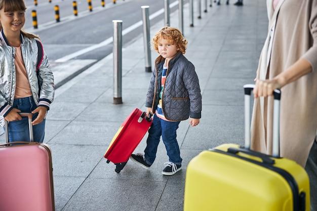 Verontruste jongen schopt tegen zijn tas tijdens het lopen