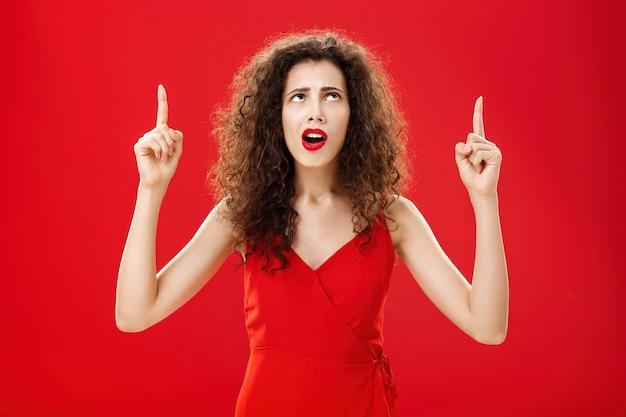 Verontruste vrouw kan niet begrijpen wat er gebeurt portret van onwetende domme europese vrouw met krullen...