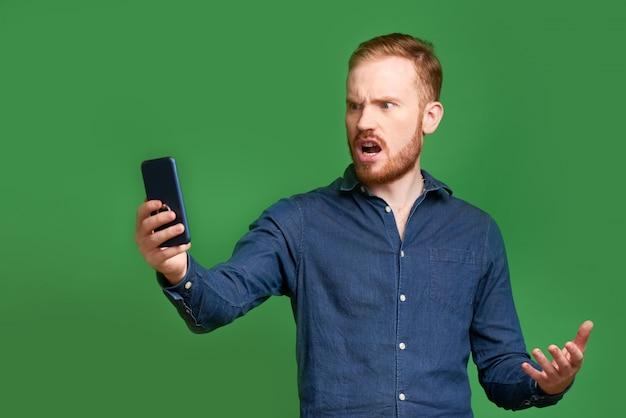 Verontwaardigde man leest sms-bericht